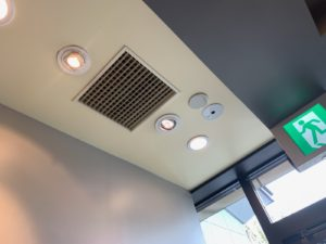 三重県四日市市の飲食店にてユニバーサルダウンライトの取替電気工事